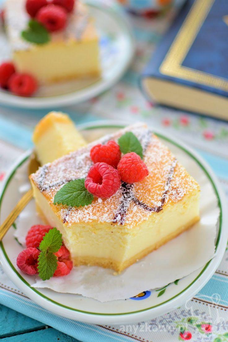Oddziel z 4 jajek żółtka. Z białek ubij sztywną pianę. Do pozostałych żółtek wbij całe jajko i utrzyj z cukrem na puszystą masę. Nie przeryw...