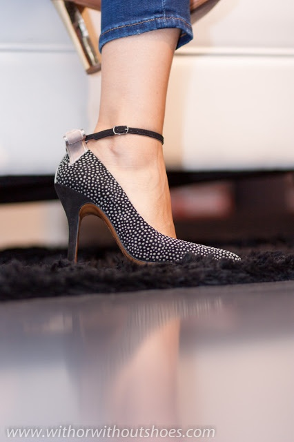 Zapato de tacón con pulsera en tobillo en Ante estampado Guepardo by Rebeca Sanver. Disponible en: http://tiendarebecasanver.com/zapato-luver_guepardo-zapatos_de_tacon-rebeca_sanver-4893_001.3php