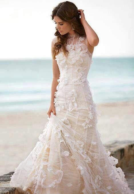 Quem nunca sonhou em casar na praia? Esta é uma ótima inspiração de vestido para esta ocasião!
