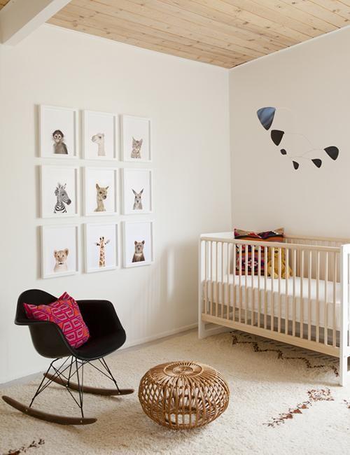 Con una silla más moderna en negro romperás un poco y quedará una decoración en conjunto muy bonita para tu bebé.  #decoración #habitación #bebé #niño #pequeño