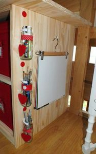 Paperboard façon maison : accrocher des feuilles grand format sur un cintre (à clapet) et le suspendre à un clou.