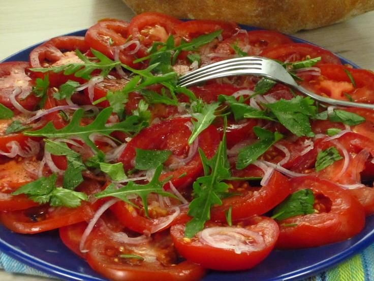Insalata  saporita di pomodori alle erbe