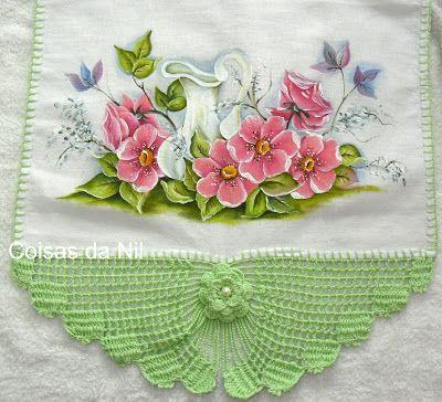 Pano de copa com barrado de crochê e jarra com flores silvestres.