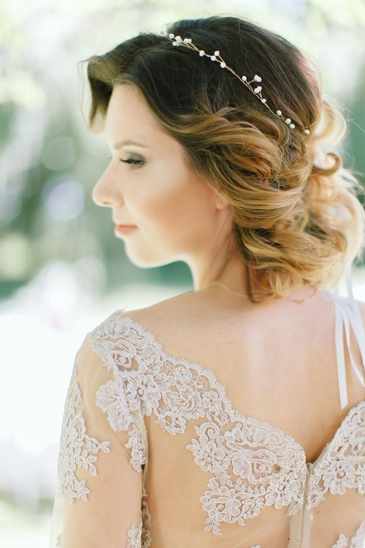 Jesteśmy zauroczeni tą letnią sesją w pastelach. Biały dywan, kolory roku, zjawiskowa suknia i wszystkie inne elementy sesji stworzyły niepowtarzalny efekt - piękną propozycję romantycznego ślubu w plenerze, o którym marzy chyba każda para młoda. || panna młoda, bride, fryzura ślubna, opaska ślubna, headband, wedding hair || Foto: Elena Matiash, Opaska: Decolove, Fryzura: Kamil Frankiewicz