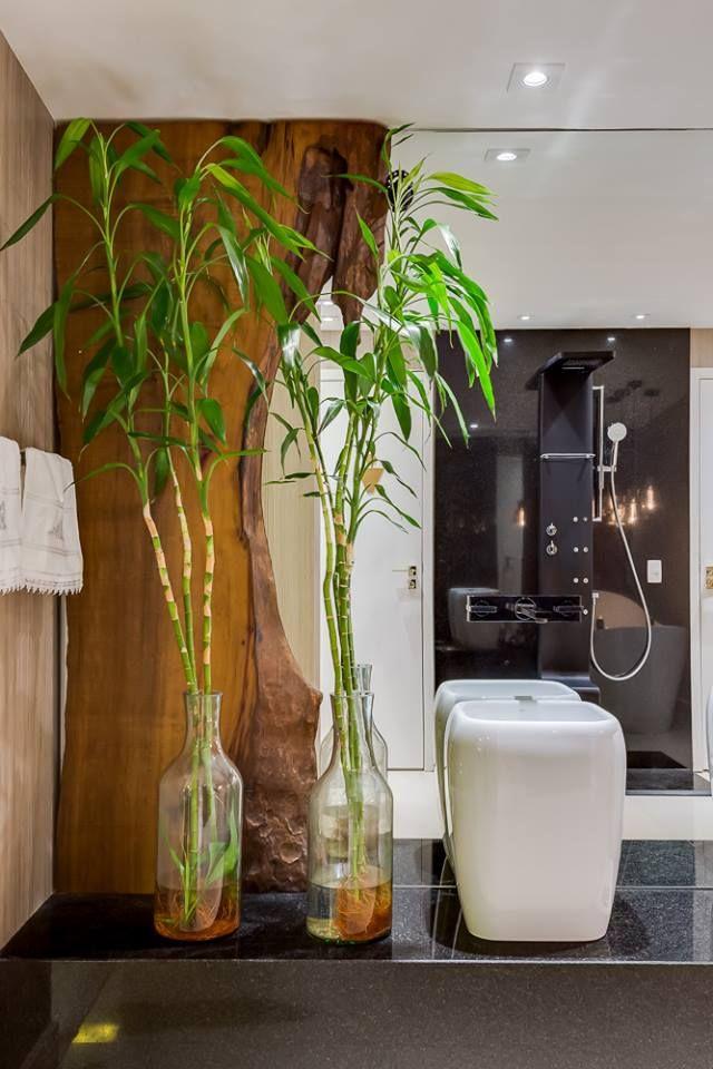 Banheiro branco e amadeirado com cubas de apoio meia altura e banheira de imersão! - DecorSalteado