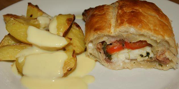 Himmelske butterdejspakker med fisk, spinat, peberfrugt og parmaskinke. Server med ovnkartofler og hollandaise sauce.