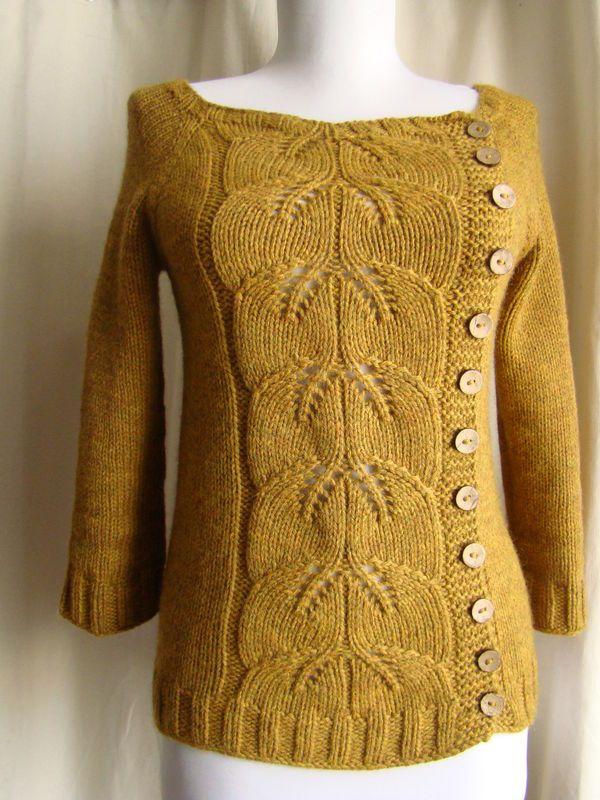 """Denne er den frie opskrift som hedder """"buttony sweater"""" saom er strikket sammen med en rigtig fin bladmønsterDSC07368"""