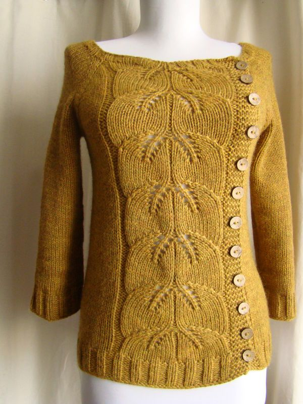 """Denne er den frie opskrift som hedder """"buttony sweater"""" saom er strikket sammen…"""
