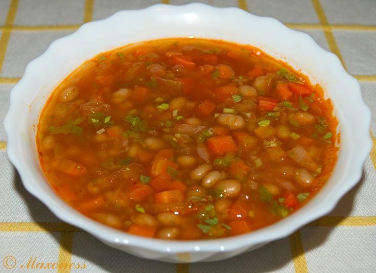 Фасолевый суп с томатной пастой и помидорами