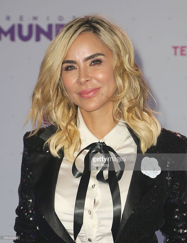 Aylin Mujica arrives at Telemundo's Premios Tu Mundo 'Your World' Awards at American Airlines Arena on August 25, 2016 in Miami, Florida.