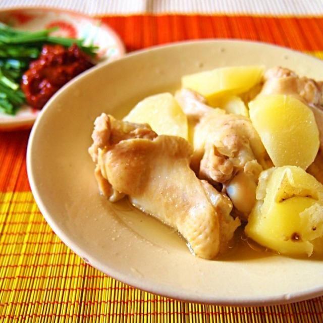 さすがにおうちで鶏一羽は無理なので、手羽先で。鶏ガラでジャガイモとグツグツ。タテギ(おろしニンニク、醤油、酢、粉唐辛子、からし)とニラでいただきます。ネギがあったら、もっとよかった! 잘 먹겠습니다~~~~~ - 52件のもぐもぐ - タッカンマリ風な…닭한마리 같아... by mie 미에 मिए