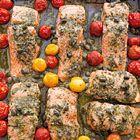 Zalm met pesto en kerstomaatjes van Annabel Langbein - recept - okoko recepten
