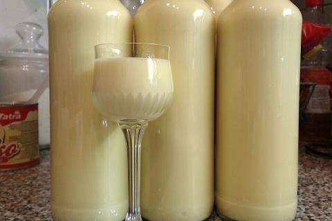 Vaječný koňak   recept. Domácí vaječný koňak je vynikající a lahodný likér, který podtrhuje a doplňuje vánoční at