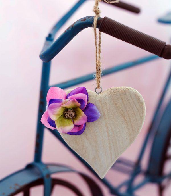 Pendente Larry #pendente piccolo in #legno chiaro a forma di #cuore, decorato con #spago e #fioriartificiali. I #fiori utilizzati per #decorare il pendente sono: #petali di #ortensie #blu, #lilla e #rosa. #decorazioni #design #oggettistica #shabby #lafleuriste #lafleuristechic #shoponline