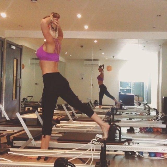 Love these off the carriage lunges with hands behind the head to open the chest and shoulders and rotate the spine ❤️ #powerpilatesuk #reformerpilates #pilates #health #fitness #fit #fitnessmodel #fitnessaddict #fitspo #workout #bodybuilding #cardio #gym #train #training #photooftheday #health #healthy #instahealth #healthychoices #active #strong #motivation #determination #lifestyle #diet #getfit #cleaneating #eatclean #exercise