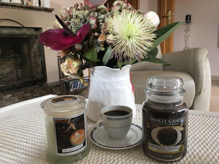 Pyszna kawa ❤️ świece Yankee Candle Cappuccino Truffle i Kringle Candle Vanilla Latte, wystrój wnętrz, kwiaty, zapach.