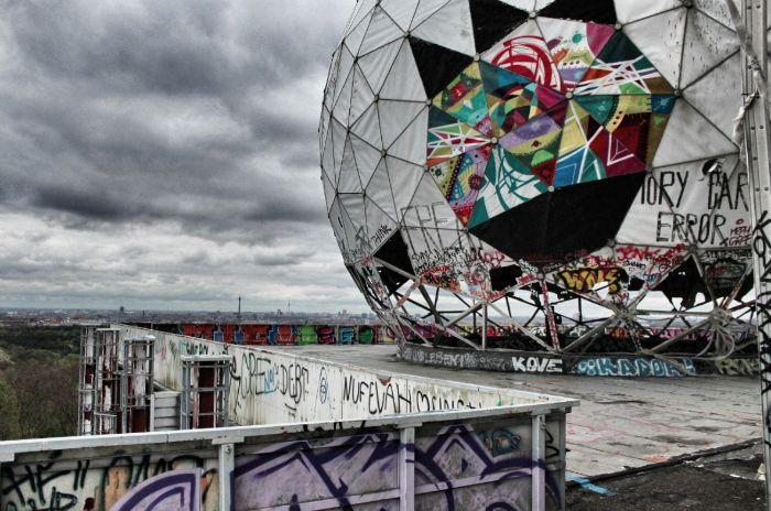 Besucht den Teufelsberg in Berlin für eine grandiose Aussicht und ein einmaliges Erlebnis. Mehr Tipps im Artikel.