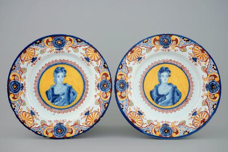 Een paar Delftse borden met portretten op een gele fond, 18e eeuw