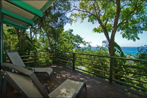 """Aproveitar o fim de tarde em uma praia havaiana. Esta é uma das opções de lazer para quem aluga esta casa na árvore em Haleiwa, no Havaí. Para chegar a este cantinho em meio a natureza, é preciso subir cem degraus. """"O bangalô tem vista para um dos mais famosos pontos de surfe da costa norte havaiana"""" conta o dono, John. A diária custa R$ 676."""