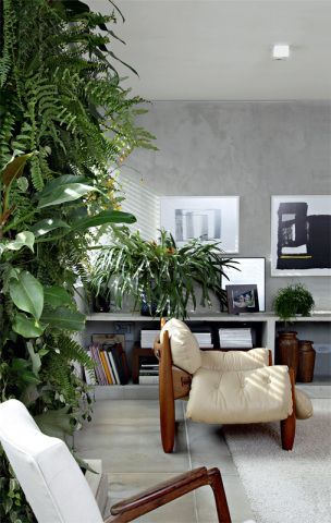 1624 Mesmo sem varanda, o apartamento de 200 m², na capital paulista, conquistou o paisagista Gil Fialho por ser muito iluminado. E ele encontrou uma solução para ter verde em casa com este jardim vertical de 1 x 2,80 m, cheio de plantas tropicais. Por dentro do Painel Todos os materiais usados no painel projetado por Gil Fialho são biodegradáveis ou reutilizáveis. Preso a uma placa de compensado de alumínio reciclado fica uma espécie de colchão. Seu recheio é um substrato de terra vegetal…