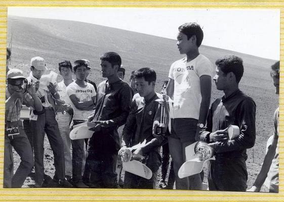 大島火山レース 優勝はホンダから借りたグリーブスに乗った長谷見昌弘、2位ー田沢弘道、3位ー黒澤元治。
