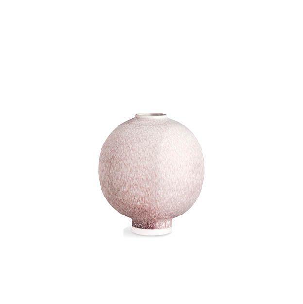 Sculpturale handgemaakte vaas in keramiek met een uniek pastelrode glazuur. Deze decoratieve Unico vaas is een must have voor de stijlbewuste designliefhebber. Het bijzondere pastelrode glazuur legt een licht glanzend laagje over het hoogwaardige keramiek. Deze moderne Scandinavische vaas van Kähler geeft persoonlijkheid aan je huis.    #kähler #vaas #pastel #pastelkleur #unico #interieur #design #accessoires #deens #scandinavisch #design #byjensen