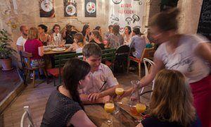 Berlino, Germania: Restlos Glücklich è il primo ristorante anti-spreco alimentare che serve piatti deliziosi con cibo che altrimenti sarebbe stato buttato via.