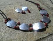 Collana e orecchini in alluminio riciclato, tagliato a mano e martellato con aggiunta di pietra lavica color mattone