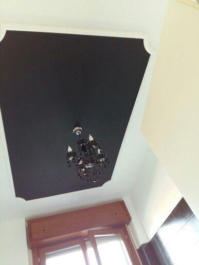 Soffitto nero con cornice