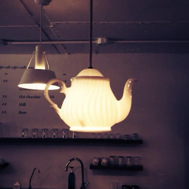 주전자 조명. 카페나 커피숍에 있다면 분위기 업그레이드 될 것 같다