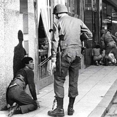 El Consulado de Argentina en Nueva York expone una muestra de imágenes sobre el golpe militar, del que hoy se conmemoran 30 años, y la dictadura (1976-1983). En la fotografía, la represión policial durante una marcha de la CGT en 1982.