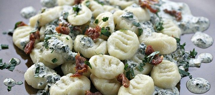 Gnocchi z sosem śmietanowo bazyliowym i suszonymi pomidorami.. Po prostu pycha! Rodzaj włoskich klusek bardzo przypominający nasze kopytka.