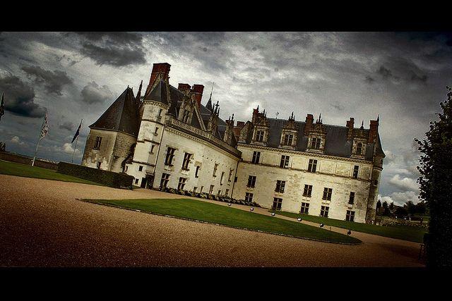 Chateau Amboise  Otro de los clásicos castillos del Valle del Loira. El Castillo de Amboise fue construído desde el Siglo XIII, y ademas es un complejo que  alberga la capilla de Saint-Hubert, Donde se encuentra la tumba de Leonardo Da Vinci,