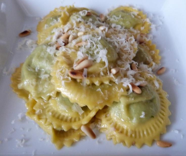 ravioli ripieni di broccoletti e patate con burro all'acciuga, pinoli e cacioricotta