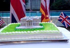 """25-Aug-2014 21:40 - BRITSE HUMOR VALT VERKEERD IN VS. De Britse ambassade heeft excuses aangeboden aan de Amerikaanse regering voor een tweet waarin werd gespot met het Witte Huis. De ambassade trok het boetekleed aan na tientallen boze reacties van Amerikaanse twitteraars. De ambassade had een foto van een taart met het Witte Huis erop op internet gezet, met een Amerikaanse en Britse vlag met de tekst: """"We vieren het 200-jarig jubileum van de brand in het Witte Huis."""" In 1814 namen..."""