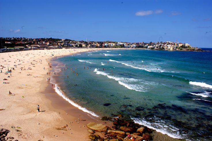 Bondi Beach, située au sud-est, est très animée et sans doute la plage la plus connue de Sydney.