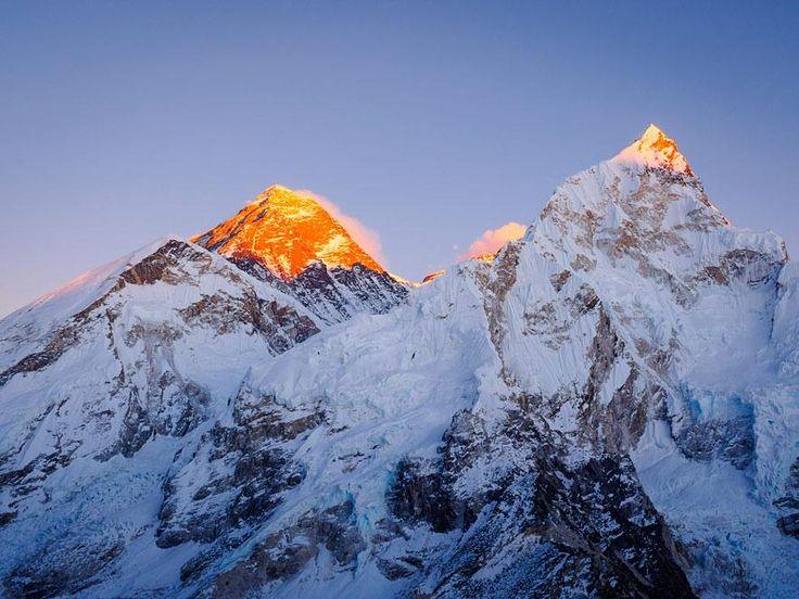 Nepal/China:  Mount Everest. Mit seinen 8848 Metern ist er der höchste Berg der Welt. Der Gigant unter den Gipfeln ist der Traum aller Bergsteiger. Für die Sherpas ist der Everest ein heiliger, von Geistern und Dämonen bevölkerter Berg. Besonders am Morgen und in der Abendröte wohnt dem Blick auf den Gipfel etwas Mystisches inne