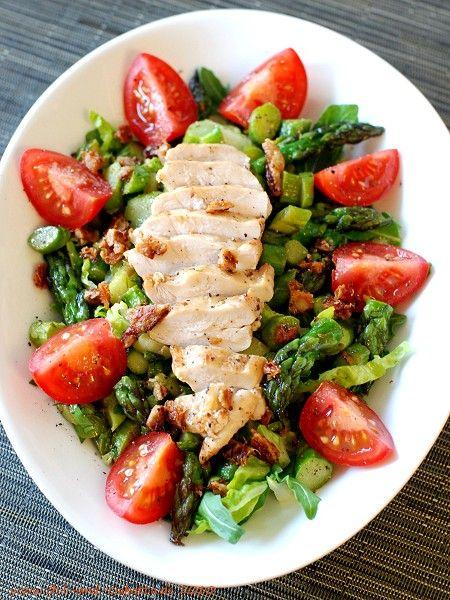 Hähnchenbrust auf grünem Spargelsalat Kategorien:Salat, Hähnchen, Gemüse Menge:2 Portionen Zutaten 500GrammGrüner Spargel EtwasRomanasalat EtwasRucola 4Cocktailtomaten HDRESSING 2Essl.Limettensaft; frisch gepresst 2Essl.Orangensaft; frisch gepresst 1-2Teel.Körniger Senf (Moutarde de Meaux) Salz Pfeffer Akazienhonig; Menge nach Geschmack 3-4Essl.Öl EtwasGlatte Petersilie; gehackt HUND Öl; zum ...
