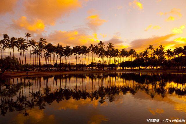 Hawaiist Web(ハワイストウェブ)。ハワイ旅行で絶対に見逃せないのがサンセット。刻一刻と空の色を変えながら水平線に沈んでいく太陽は、ハワイアンムードを最高潮...