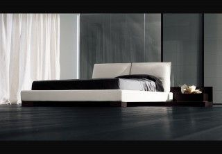 Οι προσφορές στις κρεβατοκάμαρες συνεχίζονται.Ντυτό κρεβάτι σε λευκό τεχνόδερμα.Κεφαλάρι διαιρεμένο στα δύο και ειδική ραφή διατρέ...