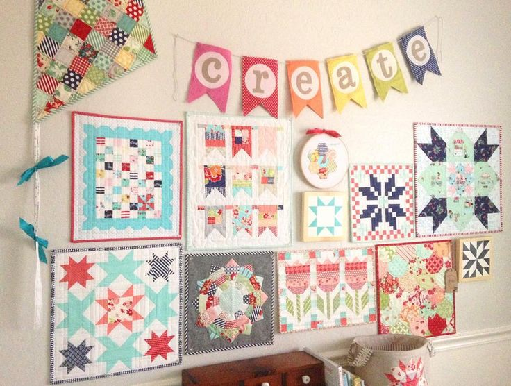 """Updated and a little rearranged. ❤️❤️❤️ #wallofminis #miniquilts #thimbleblossomsminis #thimbleblossoms #tashanoel #aquapaisleystudio #ecquilts…"""