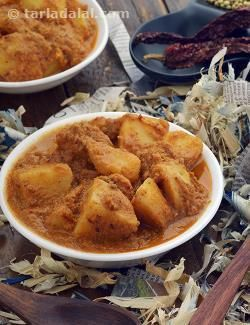 It is the special way of handling the onions that makes this Goanese gravy very different. The onions are first roasted whole, and then peeled and blended with the other ingredients. This gives a unique, intense flavour to the gravy, which complements the potatoes beautifully. Indeed, Potatoes in Goanese Gravy is a real peppy accompaniment for ladi pav .