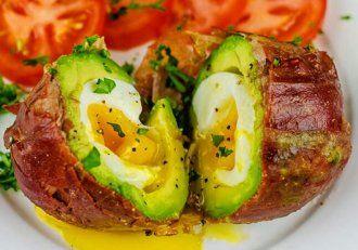 Ouă delicioase ascunse în avocado cremos! Răsfăț culinar suprem, gata în doar câteva minute!