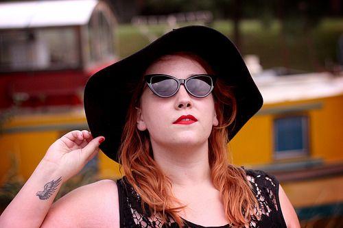 Robe rayée, capeline et lunettes de soleil : un look parfait pour flâner sur la croisette (enfin dans mon cas, fâner sur Toulouse, ce qui est déjà pas mal :D) ! Je ne sais pas si vous l'avez remarqué, mais je suis très robes longues (et maxi-jupe aussi)...