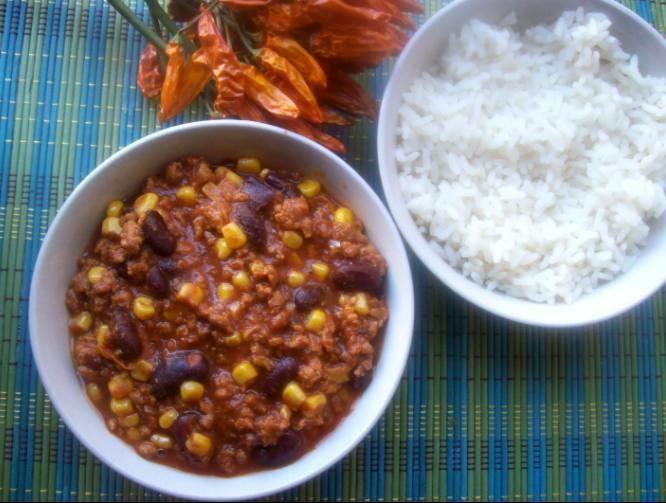 Vegetariánské chilli con carne s hřebíčkovou rýží