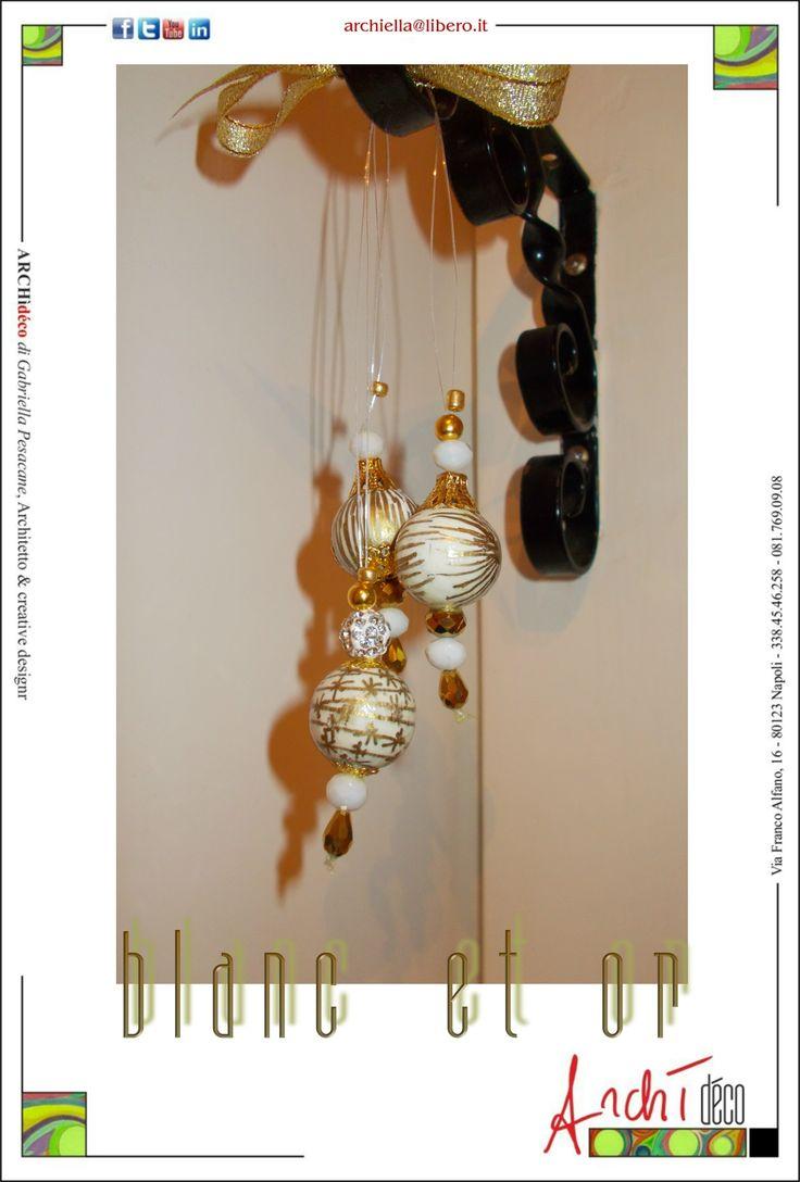 Sfere da arredamento in faggio decorate a mano, tecnica mista vernice  su tempera, rifinitura con fissatore specifico. Sospensione in nylon, accessori in metallo, cristallo e pietre dure, Diametro cm 2,5