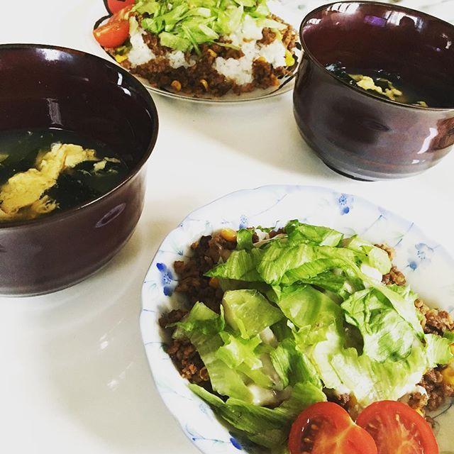 8.10*** ・ ・ ◎タコライス ◎卵スープ(白だし&そばだし) ・ ・ 「タコライス作る!」そう言って彼が作ってくれました。同棲前に初めて作ってくれた料理もタコライスでした。自分で作るタコライスとまたひと味違くて、彼の作るタコライスが好きです。男子の料理なんて兄様の料理しか食べたことがなかったので新鮮でした…。いつもありがとう。感謝しています。 ・ ・ #カフェ#巡り#手作り#お家#自給#自足#ヘルシー#おつまみ#肉#野菜#時短#お弁当#ランチ#ディナー#お菓子#定食#幸せ#自己満#おいしい#栄養#スイーツ#デザート