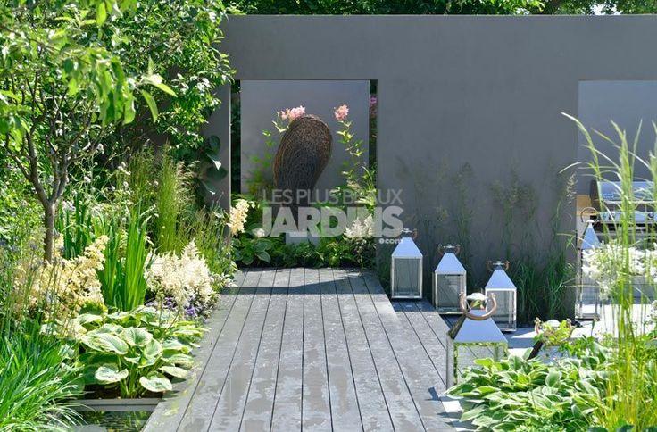 Derri re des murs gris un espace d di avec une salle for Deco jardin contemporain