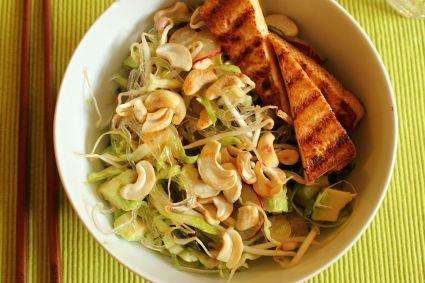 Judiths Abendessen ist ein Traum: Vietnamese Rice Noodle Salad, aber mit Kelp-Nudeln und gegrilltem Tofu. http://www.utopia.de/blog/in-motion/mein-vegan-wednesday