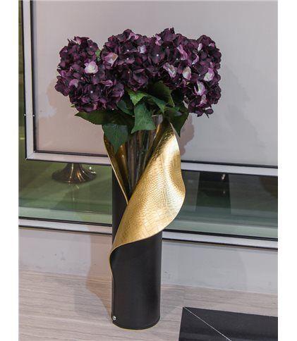 Ваза в коже ар-деко Elad-VS Ярким элементом в интерьере любого помещения являются декоративные вазы для цветов. В композиции с растениями или искусственными цветами они изящно подчеркнут интерьер жилища, создадут комфортную обстановку. Данная модель необычной и достаточно крупной формы выполнена из стекла и тисненой кожи под крокодила.  http://elpaso-studio.ru/10395-thickbox_default/vaza-sensey-elad-vs.jpg